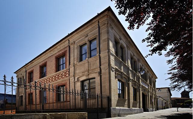Vista exterior de la entrada principal del edificio CECM